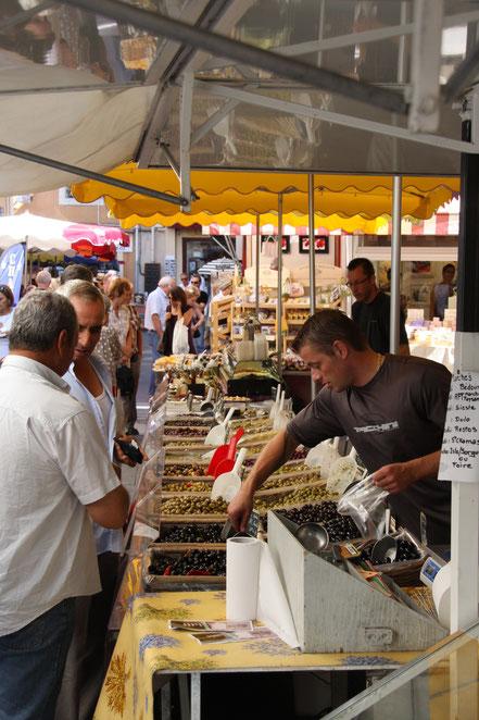 Bild: Oliven auf dem Sonntagsmarkt in L´Isle-sur-la-Sorgue