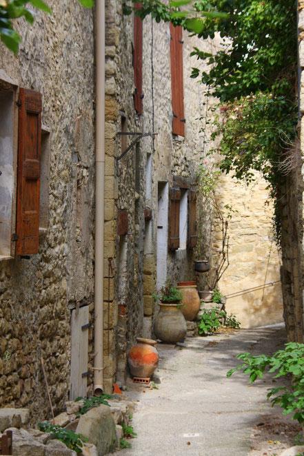 Bild: enge Gasse in der Provence