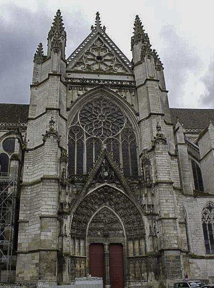 Bild: Seitlicher Eingang zu Kathedrale in Auxerre