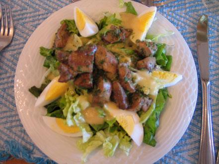 Bild: Vorspeise Salat mit Hühnerleber auf der Ferme Auberge du Poirier