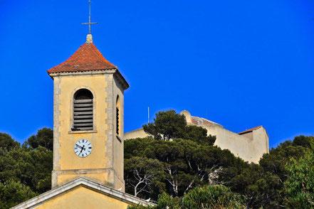 Bild: Place d´Armes mit Église Sainte-Anne, Île de Porquerolles