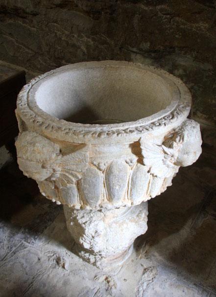 Bild: Taufbecken in der Kirche von Crestet