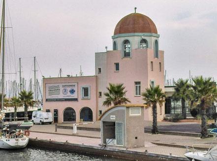Bild: Hafen von Gruissan mit Capitainerie