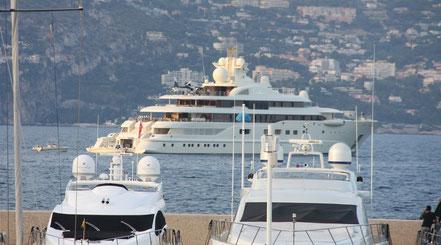 Bild: Im Hafen von St.-Jean-Cap-Ferrat, Privatjacht mit Hubschrauber
