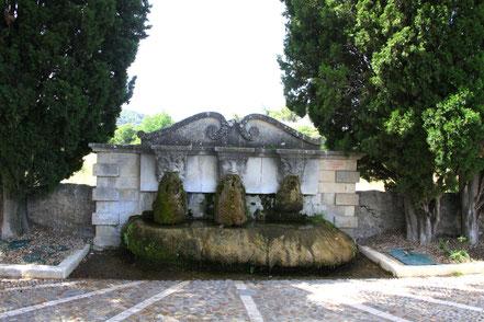 Bild: Fontaine aus verschiedenen Epochen in Lourmarin