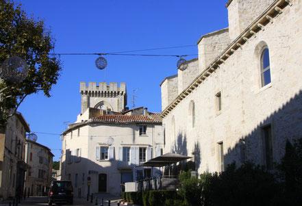 Bild: Fußweg in die Innenstadt von Villeneuve-lès-Avignon, im Hintergrund der Turm der Èglise Notre-Dame