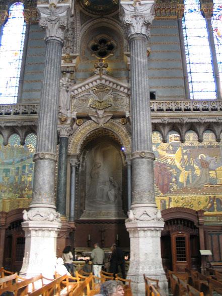 Bild: im Innern der Basilika Notre Dame de Fourvière