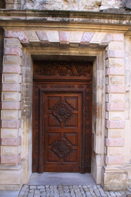 Bild: Eingangstür zur Kirche der Chartreuse Pontificale du Val de Bénédiction in Villeneuve-lés-Avignon