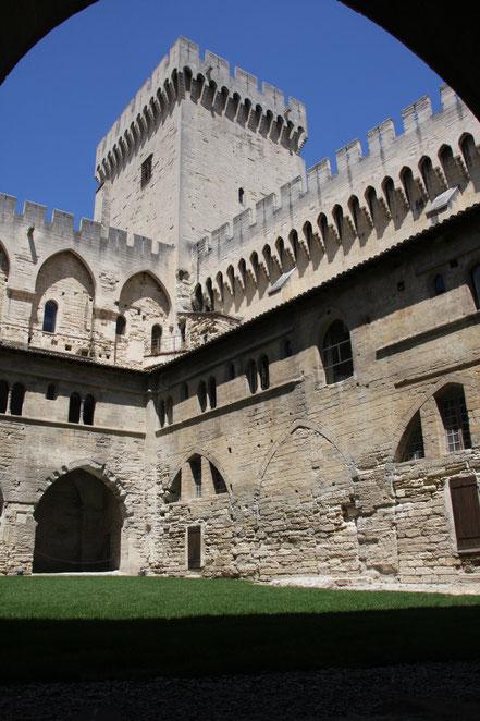 Bild: Kreuzgang im Papstpalast von Avignon