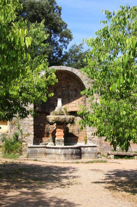 Im Rücken des eintretenden Betrachters befindet sich dieser Brunnen