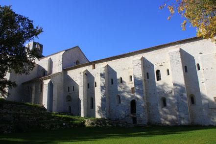 Blick auf Klostergebäude, links die Kirche