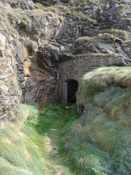 Bild: Eingänge am Fort du Cornouaille, Bretagne