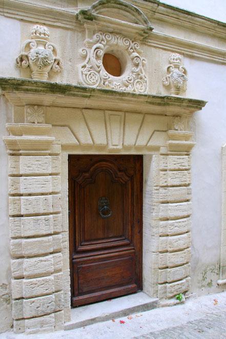 Bild: reich verziertes Eingangsportal, Provence
