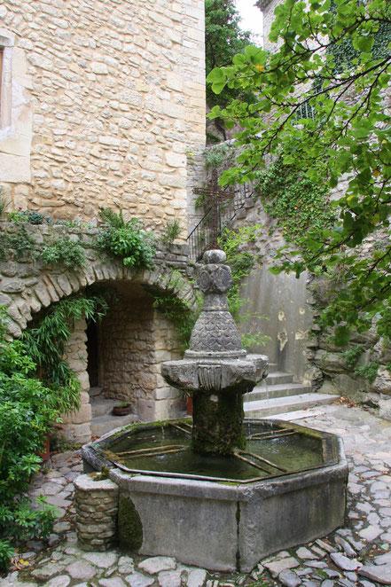 Bild: Dorfbrunnen in Crestet