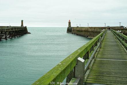 Bild: Hafeneinfahrt mit Leuchturm von Fécamp