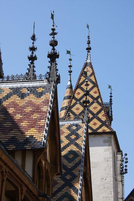 Bild: das beeindruckende Dach von Hospiz von Beaune (Hôtel Dieu)