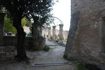 Bild: Kollonaden im Garten der Abbaye St.-Hilaire bei Ménerbes
