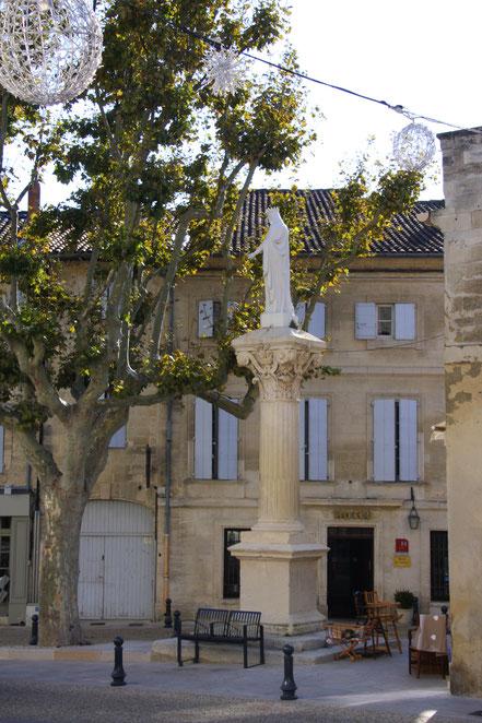 Bild: Place Saint Pons mit Marienstatue in Villeneuve-lès-Avignon