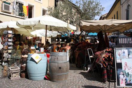 Bild: Sonntags gibts Antiquitäten in L´Isle-sur-la-Sorgue