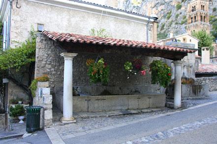 Bild: öffentlicher Waschplatz in Moustiers-Saint-Marie