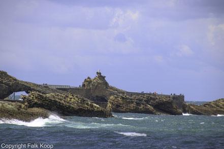 Bild: Blick auf Rocher de la Vierge in Biarritz