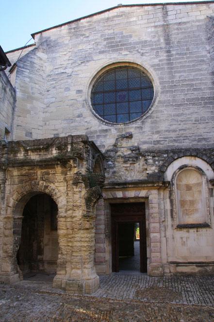 Bild: Eingang zur Kirche der Kartause in Villeneuve-lés-Avignon