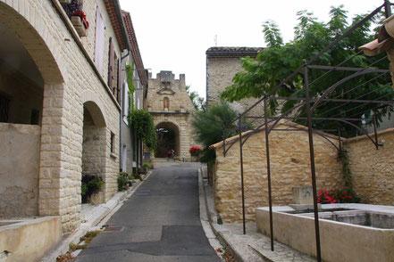 Bild: Crillon-le-Brave bei einer Rundfahrt durch das mittlere Vaucluse