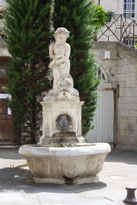 Bild: Brunnen vor dem Hotel de Ville in Apt