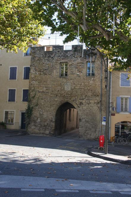 Bild: Tor an der alten Stadtmauer in Mazan, Vaucluse, Provence
