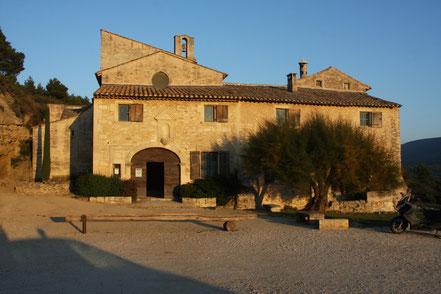 Bild: Eingang zur  Abbaye de St. Hilaire bei Ménerbes