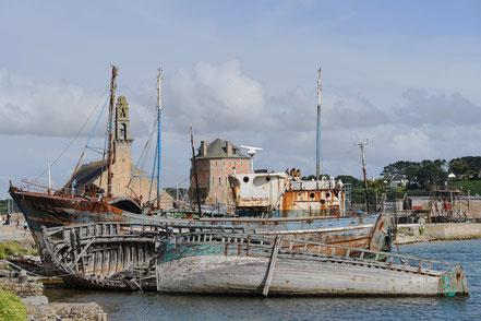 Bild: Camaret-sur-Mer Schiffsfriedhof, dahinter Chapelle Notre-Dame der Rocamadur und Tour Vauban