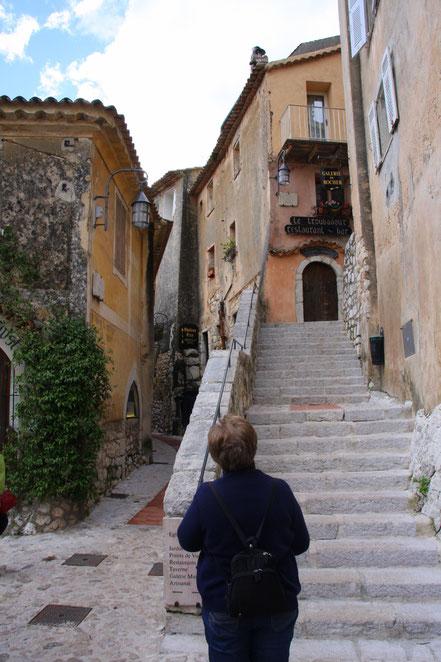 Bild: Die Treppe führt zur Rue du Brec den Rundweg durch den Ort, geradeaus die Rue Principale in Èze.