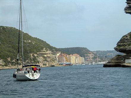 Bild: Einfahrt mit Segelboot in die Bucht von Bonifacio