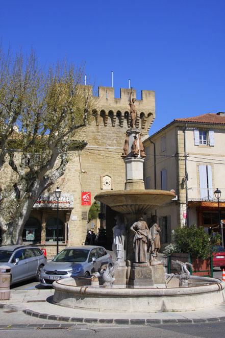 Bild: Brunnen am Place Porte des Princes in Courtezon