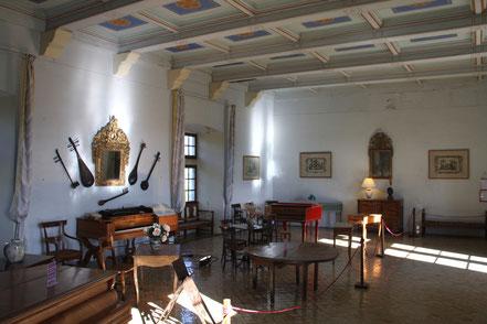 Bild: Musiksaal mit Spinet aus dem 18. Jh. in Schloss Lourmarin