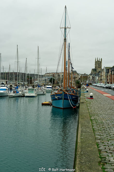 Bild: Segler im Hafen von Fécamp