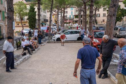 Bild: Tourrettes-sur-Loup im Département Alpes Maritimes mit Place de la Libération