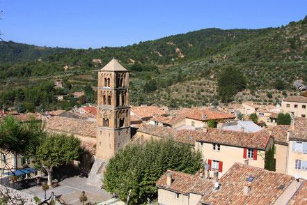 Bild: Blick auf Moustiers-Sainte-Marie mit Kirchturm
