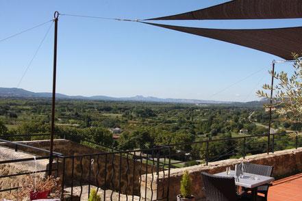 Bild: Blick von der Restaurantterrasse auf das Tal der Durance in Lauris