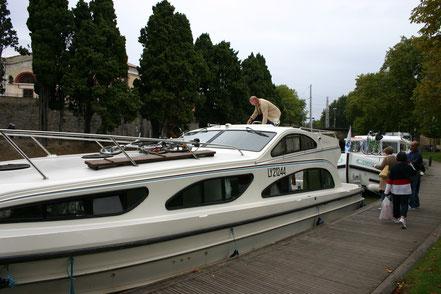 Bild: Mit dem Hausboot auf dem Canal du Midi, hier in Carcassonne
