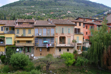 Bild: Sospel historische Häuser am linken Ufer der Bévéra