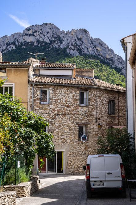 Bild: Buis-les-Baronnies mit Rocher Saint-Julien im Département Drôme