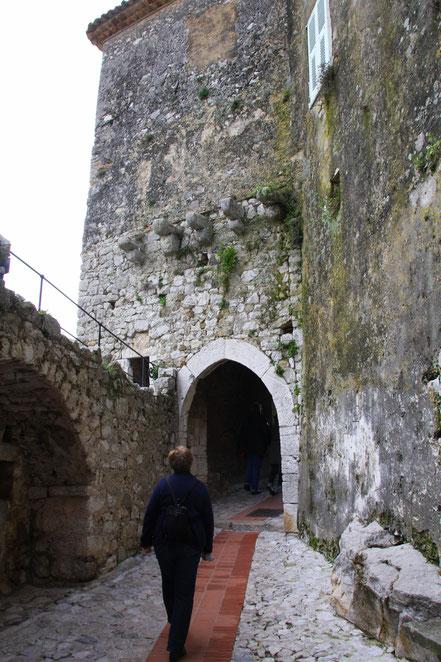 """Bild: Eingang in das Dorf durch das Stadttor """"La Poterne"""" in Èze"""