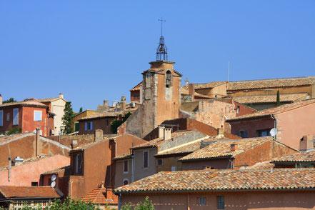 Bild: schmiedeeiserner Glockenturm über den Dächern von Roussillon, Provence