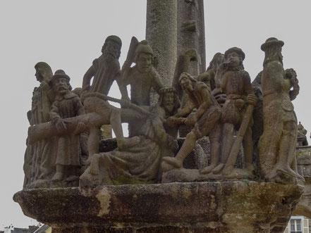 Bild: Figuren im Sockel des Kalvarienberg, Saint-Thégonnec