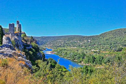 Bild: Blick auf die alte Burg von Aiguèze an der Ardèche