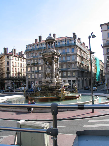 Bild: 1886 gebauter Jakobinerbrunnen ( Fontaine des Jacobins) ehrt vier angesehene Lyoneser Künstler: den Architekten Philibert Delorme, den Maler Hippolyte Flandrin, den Bildhauer Guillaume Coustou und den Graveur Gérard Audran in Lyon