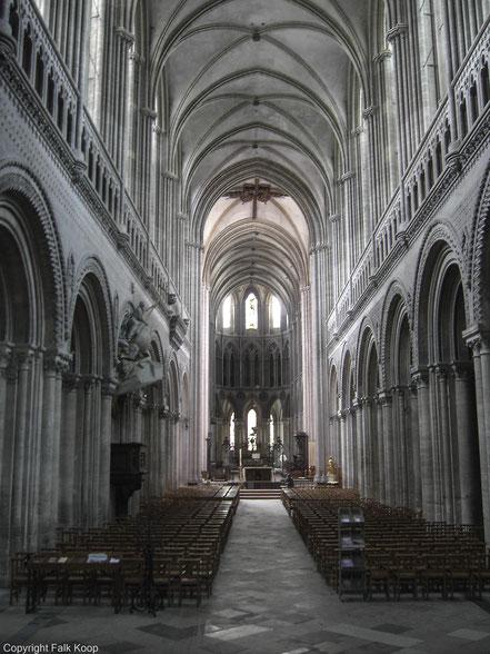 Bild: das Hauptschiff der Kathedrale Notre-Dame de Bayeux