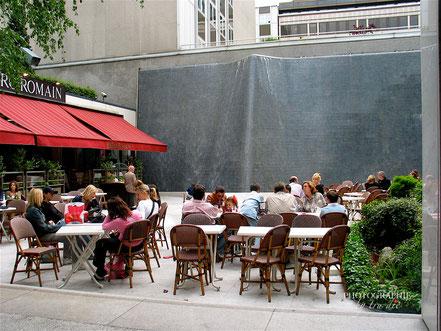 Cafe vor einer Wasserwand