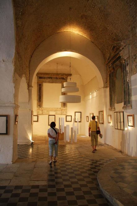 Bild: Kunstausstellung in der Kirche von Banon